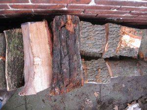 Elke paar lagen een laag hout dwars op de stapelrichting plaatsen.
