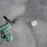 Met een dun boortje een gat boren in het ijs