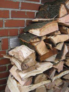 Dakpansgewijs stapelen van hout laat regenwater weglopen.